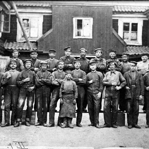 Group photo of 20 foundry workers